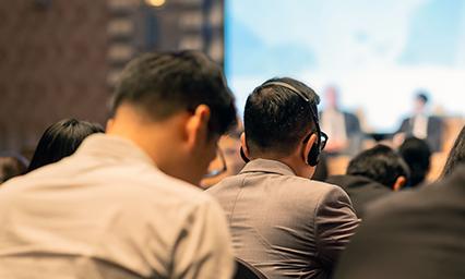 国際会議などのイベントで同時通訳者チーム(通常2名体制)を派遣し同時通訳ブースや機材を使ってのイベント同時通訳