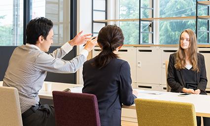 個別商談などに通訳が同席する逐次通訳(通常1名体制)。